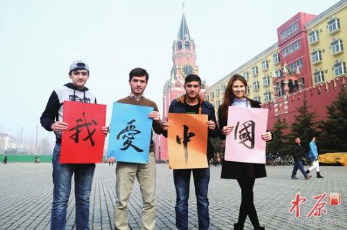 郑州大学西亚斯国际学院留学生万也晨、米莱、法路、瑞吉娜(从左至右)